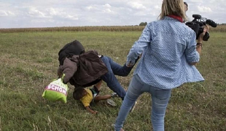 Sığınmacılara tekme atan kameramana şok