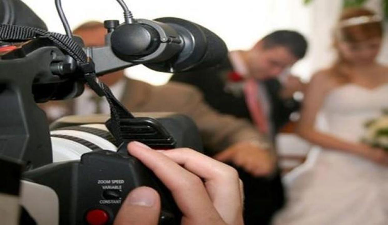 Düğünü çekerken kameraya kaset koymayı unutunca...