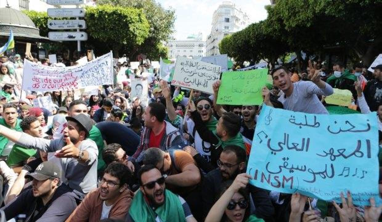 Cezayirliler sokakta: Hesap sorulsun!