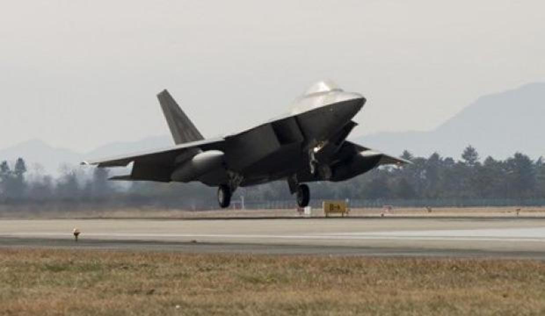ABD F-22 savaş uçaklarını konuşlandırdı!