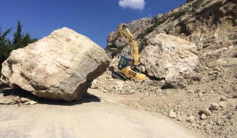 İş makinesinin üzerine 20 tonluk kaya düştü