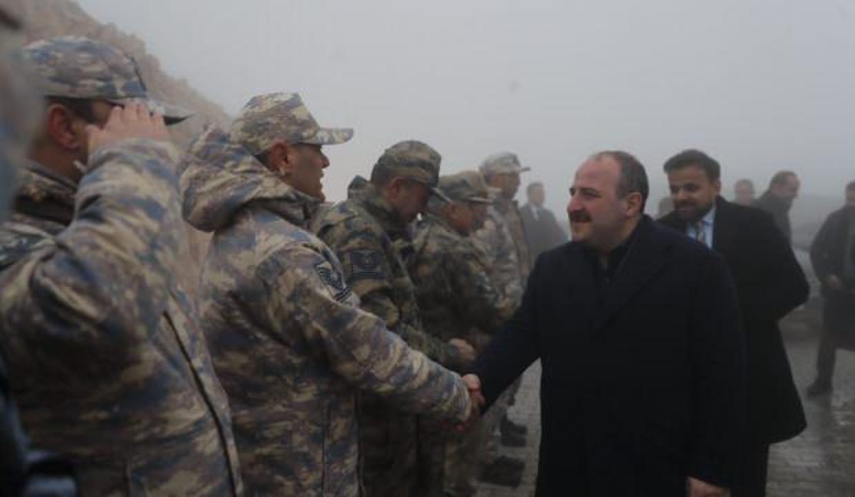 Bakan Varank sınırda Mehmetçiği ziyaret etti