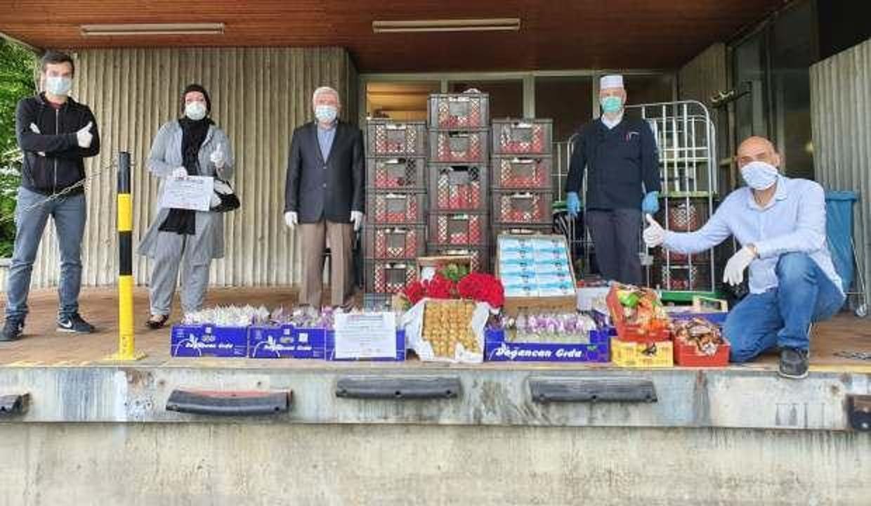 Almanya'da Türk STK'lar Gül ve Kolonya Dağıtıyor