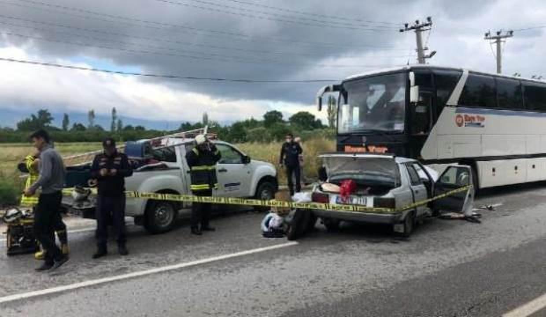 Otobüsle kafa kafaya çarpışan otomobildeki kadın öldü, eşi ağır yaralı