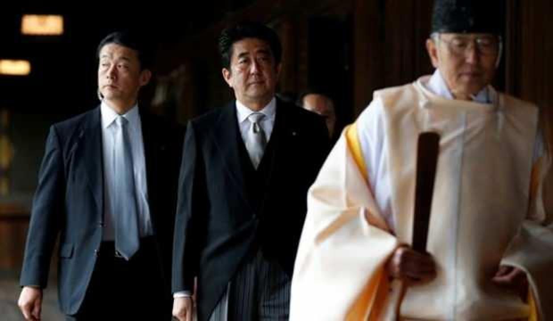 Görevinden istifa eden Abe'den tartışmalı tapınağa sürpriz ziyaret