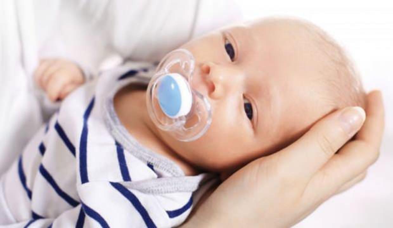 Emzik nasıl bıraktırılır? Emzik bırakan bebek nasıl uyutulur?