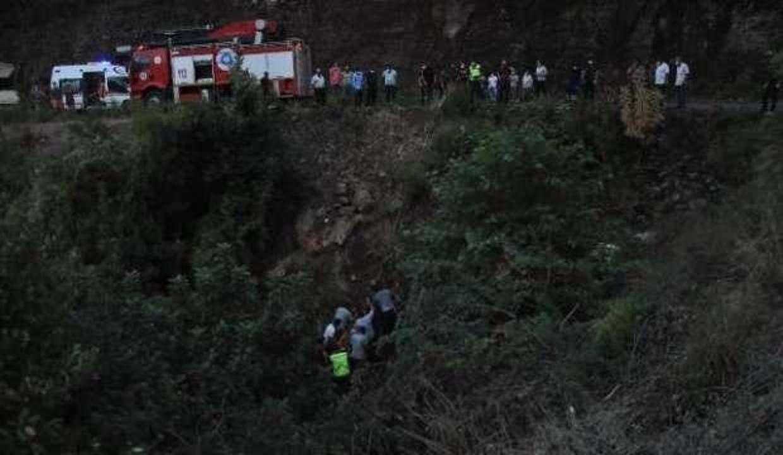 50 metrelik uçuruma yuvarlanan kamyonetteki 6 kişi yaralandı