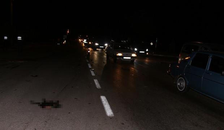 Feci kaza! Otomobiller karayolundaki koyun sürüsüne daldı