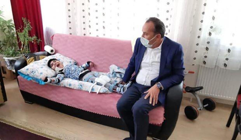 Milletvekili Ceylan 9 yaşındaki engelli Serkan'ın yüzünü güldürdü