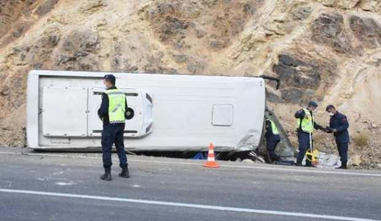Tünel işçilerini taşıyan midibüs devrildi: 5'i ağır, 15 yaralı