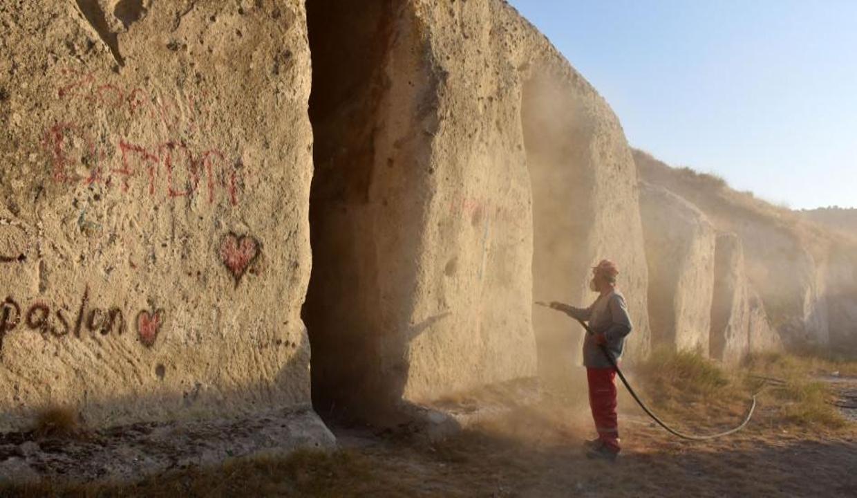 Frigya'da tarih eserlerin üzerindeki 'aşk yazıları' temizleniyor