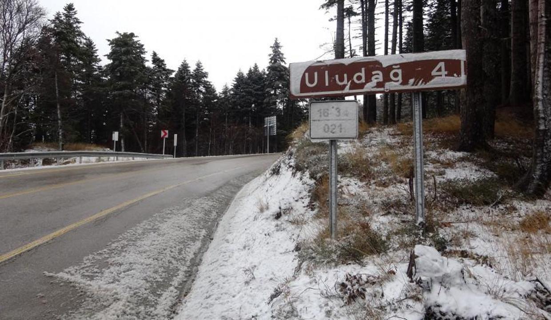 Uludağ'a yağan kar turizmcilerin yüzünü güldürdü