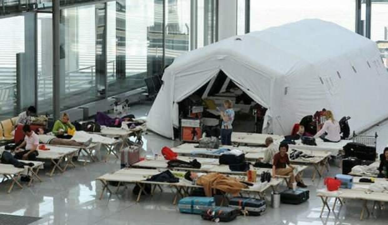 İngiltere'den Berlin'e gelen yolcular mahsur kaldı: Havaalanının ortasına çadır kurdular