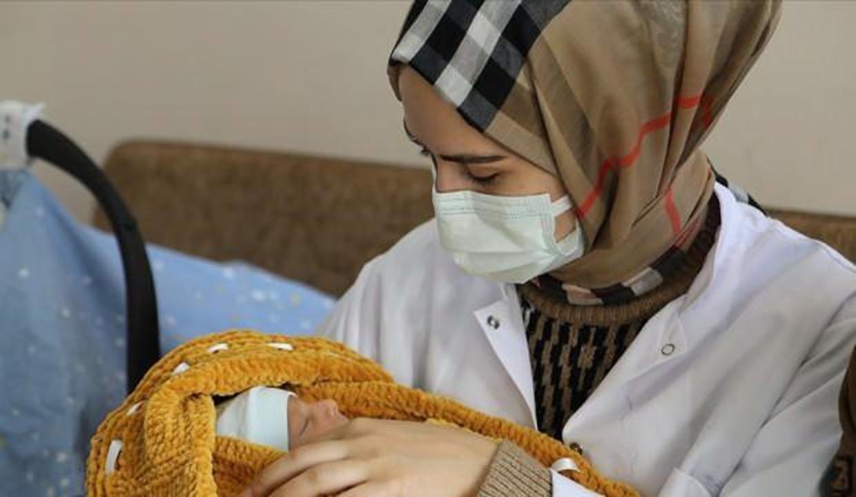 Hamileyken koronavirüse yakalanan hemşire bebeğini sağlıkla dünyaya getirdi!
