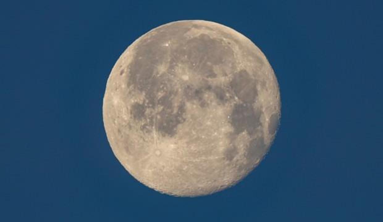Van'da sabah saatlerinde dolunayın karlı tepelerin arkasından vedası böyle görüntülendi