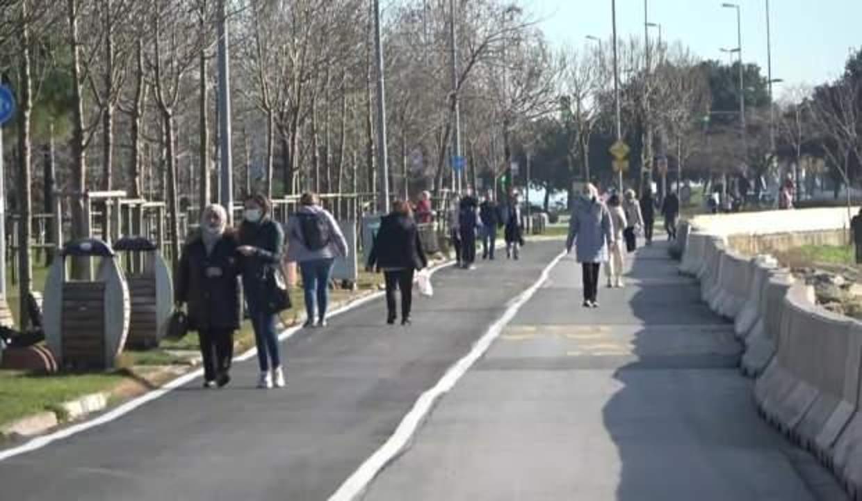 Güneşi gören İstanbullular sokağa çıkma kısıtlamasında Caddebostan sahiline akın etti