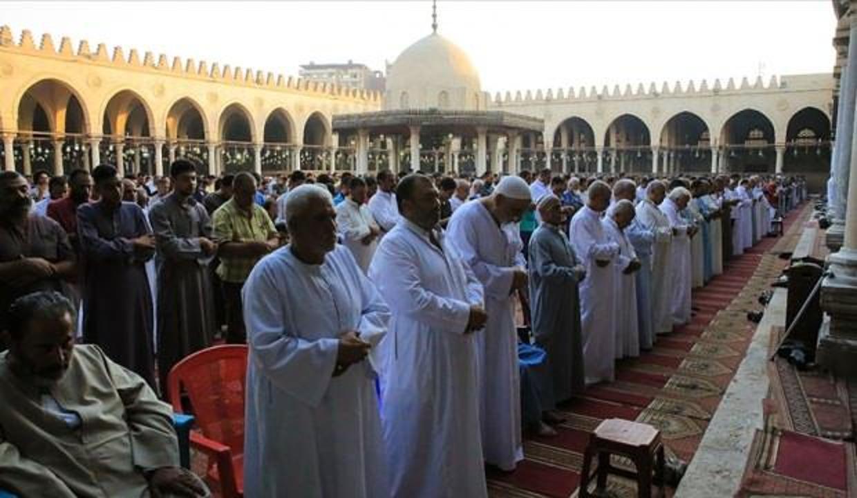 Mısır'da cuma namazına izin verilen camilerde teravih kılınabilecek