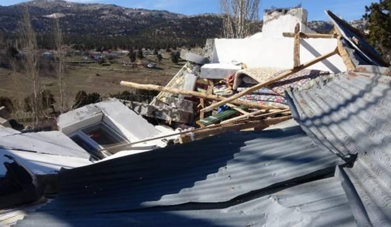 Mersin'de şiddetli rüzgar yaylada bir evi yıktı, 10 ev hasar gördü