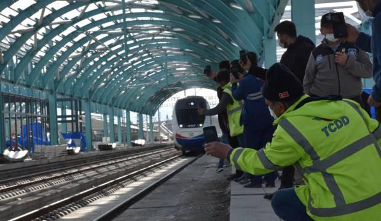 YHT, Sivas'ta ilk kez tarihi tren garında
