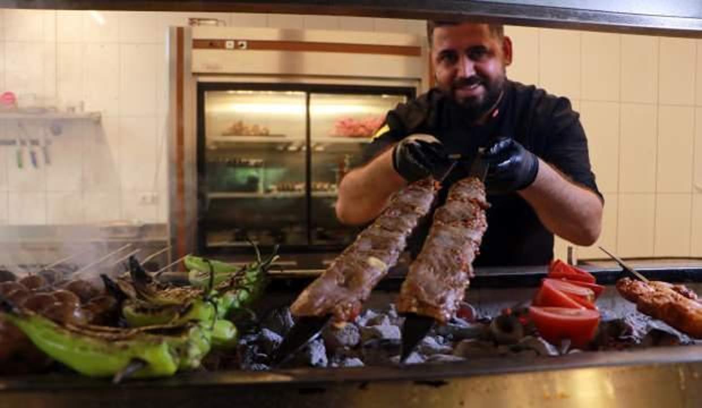 Adıyla şaşırtıyor, Adana'da yok satıyor!  İki yüzlü kebabın porsiyonu 45 TL