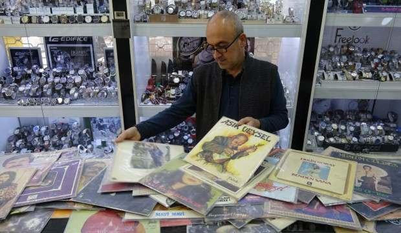 25 yıllık plak ve gramofon koleksiyonuna gözü gibi bakıyor!