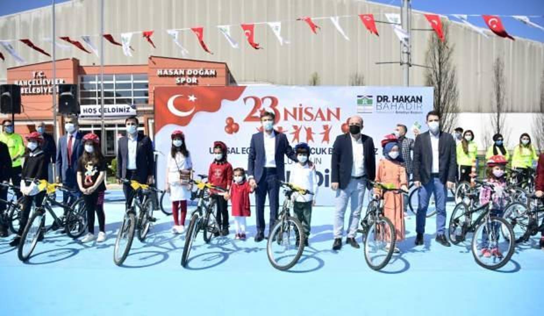 23 Nisan'a özel çocuklara 23 bisiklet hediye edildi