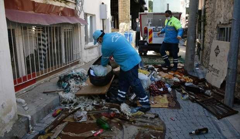 Koşuları şikayet edince belediye harekete geçti: Evden 6 kamyon çöp çıktı