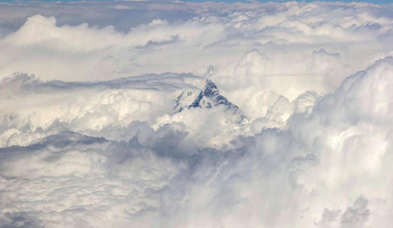 Himalayalar'ın zirvesi bulutları deliyor