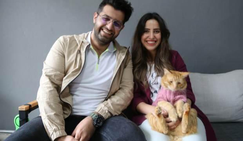 Kedili kız ve tatlı kedisinin yürek ısıtan dostluğu