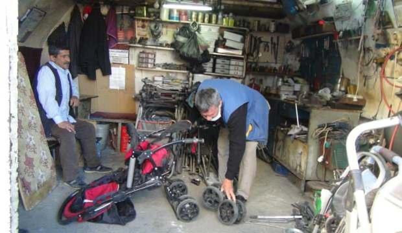 Şanlıurfa'da 2 kardeş 15 yıldır bebek arabası tamir ederek hayatlarını sürdürüyor!