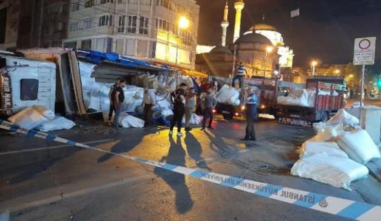 Fatih'te kumaş yüklü kamyon devrildi: 1 yaralı