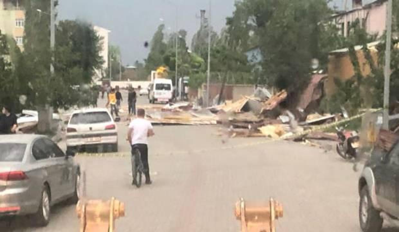 Iğdır'da fırtına ev ve iş yerlerinin çatılarını uçurdu