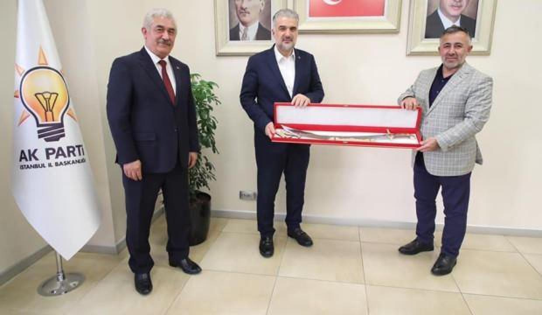 AK Parti İstanbul İl Başkanı Kabaktepe'ye kılıç hediye etti