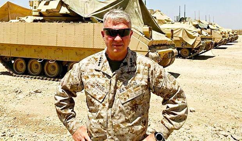CENTCOM komutanı YPG'yi ziyaret edip tankların önünde poz verdi