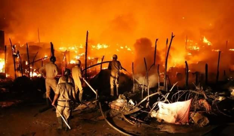 Arakanlı Müslümanların kampında çıkan yangında 56 baraka yandı