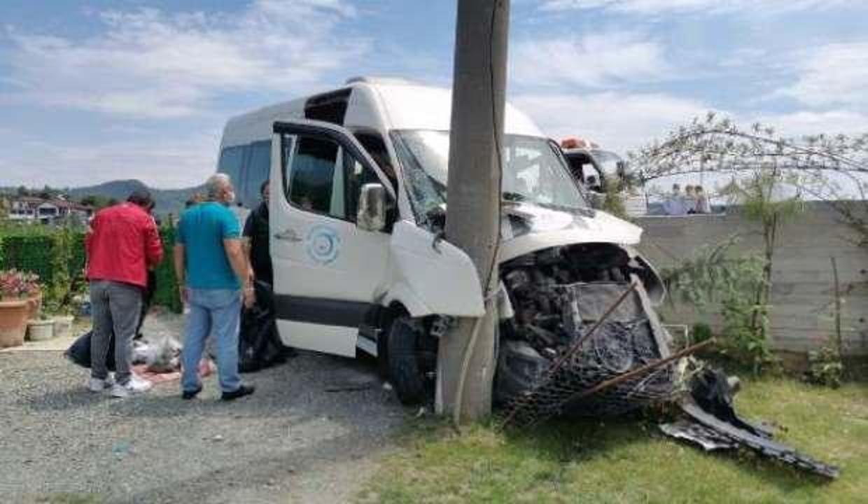 Otomobil, minibüse çarptı: 15 yaralı