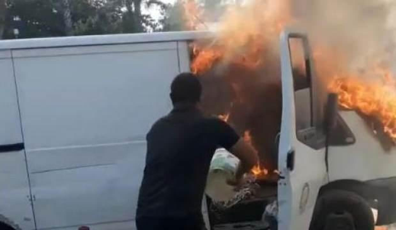 Alev alev yanan aracını kovayla söndürmeye çalıştı