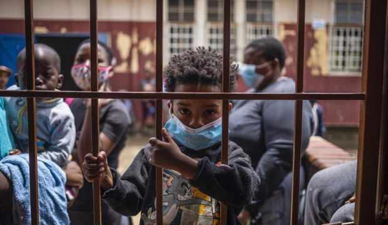 Güney Afrika, 300 bin eğitim çalışanını aşılamaya hazırlanıyor