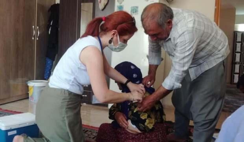 Sağlıçılar şimdi de evlere çatkapı girip aşı yapıyor