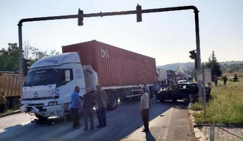 TIR, kırmızı ışıkta bekleyen araçlara çarptı: 8 yaralı