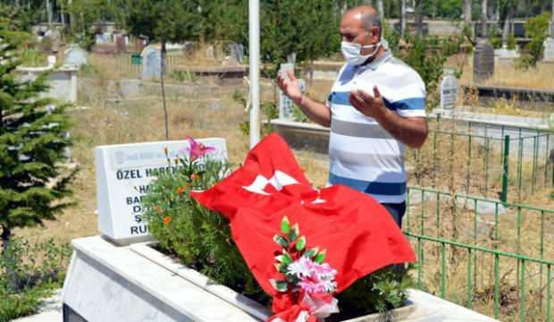 15 Temmuz şehidi kardeşinin mezarını ziyaret edip, Türk bayrağı astı