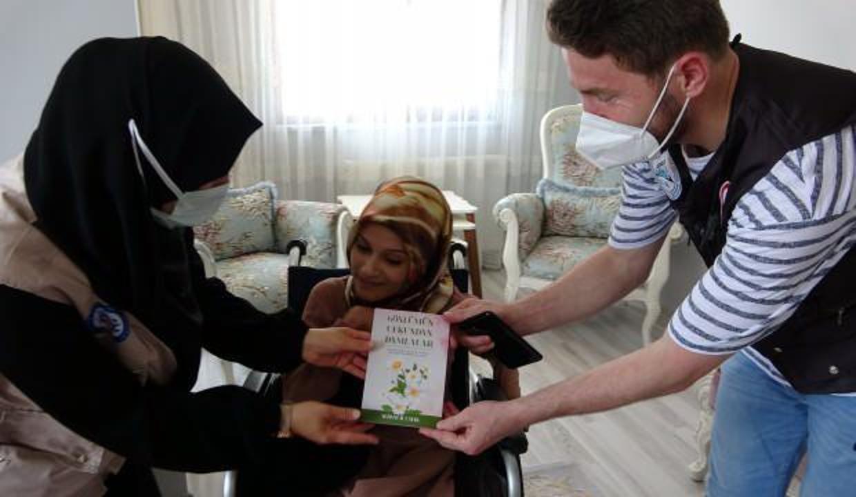 Doğuştan engelli Sedanur burnunu kullanarak şiir kitabı yazdı!