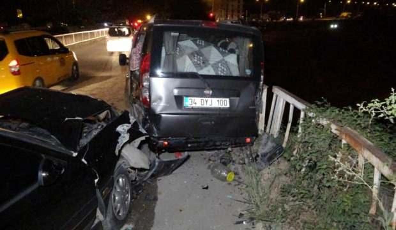Kaza yapan aracın düşmesini köprüdeki bariyer önledi