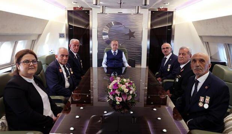 Cumhurbaşkanı Erdoğan, Kıbrıs gazileriyle uçakta bir araya geldi