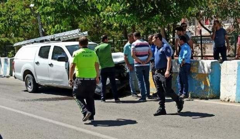 Kamyonetle hafif ticari araç çarpıştı: 3 yaralı