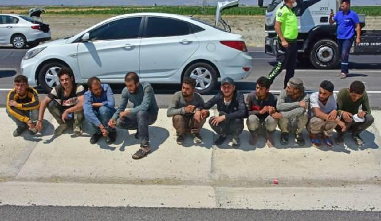Konya'da kovalamacayla durdurulan otomobilin içinden 8, bagajdan 2 kaçak göçmen çıktı