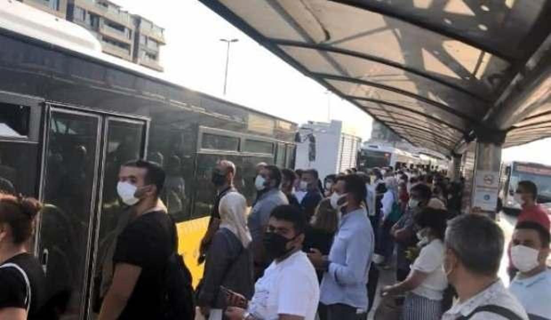 Metrobüsün kliması bozuldu, yolcular araçtan indi!