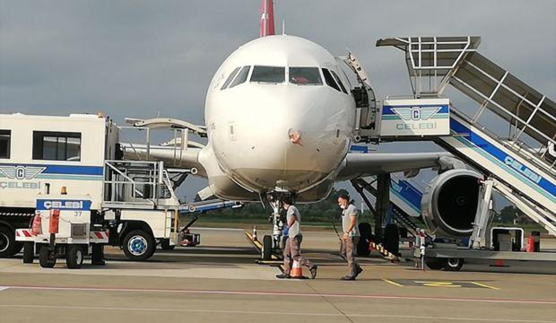 Samsun'da kuşa çarpan uçağın burnu içeri göçtü