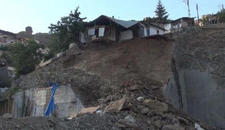 Gümüşhane'de heyelanda tek katlı ev kısmen çöktü