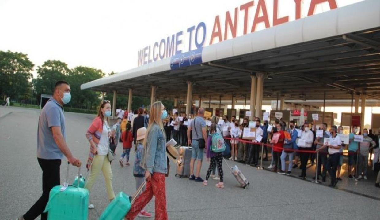 Antalya'ya hafta sonu 77 bin turist giriş yapıyor